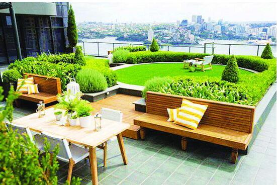 屋顶花园打造是越来越多的人关注,因为屋顶花园也是相当于我们另一个放松的地方,可以在宴请客人的时候在上面玩耍,也是我们周末休息时看看书的清闲之地,但屋顶花园即是花园肯定也离不开要种植一些植物,要设计一些风格等。那适合屋顶花园种植的植物有哪些呢? 郫县佳欣园艺场专注植物租赁与销售,景观制作、园林工程设计、屋顶花园打造等,公司拥有苗圃二十亩,种植植物品种达数千种,对植物种植养护方面有着丰富的经验,对于适合屋顶种植的植物公司建议从以下几方面去选择: 1、适合室外养护的植物,好维护的植物。 2、植物要好养活,避免不